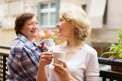 Dames âgées sur le balcon avec le thé Photo libre de droits