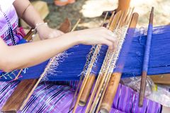 Dames âgées thaïlandaises utilisent la machine - le tissage de métier à tisser de ménage est profession de ménage images stock