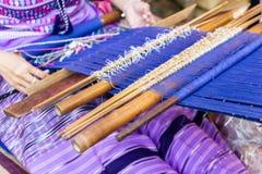 Dames âgées thaïlandaises utilisent la machine - le tissage de métier à tisser de ménage est profession de ménage images libres de droits