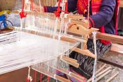 Dames âgées utilisent la machine - tissage de métier à tisser de ménage photo libre de droits