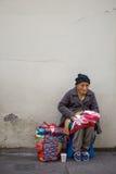 Dames âgées vendant les vêtements sur la rue de Lima, Pérou Photographie stock
