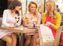 Dames attirantes dans le centre commercial Images stock