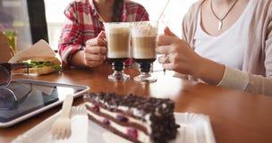 Dames de meilleurs amis en café Photographie stock