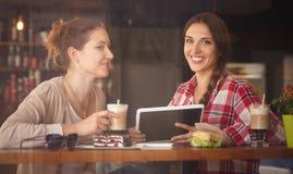 Dames de meilleurs amis en café Photos libres de droits