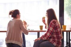 Dames de meilleurs amis en café Photo stock