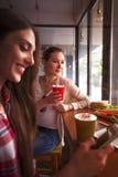 Dames de meilleurs amis en café Images libres de droits