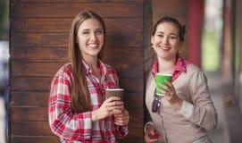 Dames de meilleurs amis en café Photo libre de droits