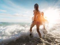 Dames de surfer à la mer Images libres de droits