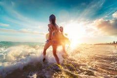 Dames de surfer à la mer Photo libre de droits