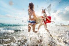 Dames de surfer à la mer Photos libres de droits