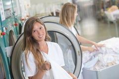 Dames die in professionele wasserij werken stock foto's