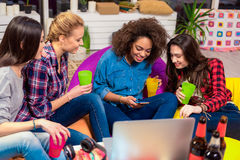 Dames gaies observant au téléphone portable Photos libres de droits