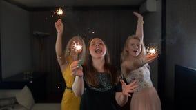 Dames het gelukkige dansen met sterretjes stock video