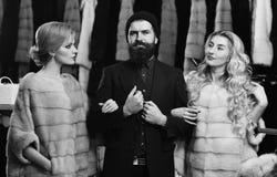 Dames het winkelen concept Vrouwen in violette en roze bontjassen stock afbeelding
