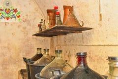 Dames - jeannes de vin dans la cave de Moravian Pleines touries de vin Jimmyjohns dans la cave photo stock