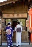 Dames in kimono, Kyoto, Japan royalty-vrije stock afbeeldingen