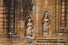 2 dames in kleur - Bas Relief Detail in Angkor Wat, Siem oogst, Kambodja, Indochina, Azië - staande richting stock afbeelding