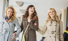 Dames marchant pendant la journée de printemps Image libre de droits