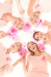 Dames in roze tegen kanker royalty-vrije stock afbeelding