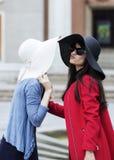Dames saluant avec un baiser dans le style italien Photographie stock
