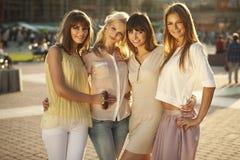 Dames sensibles dans l'étreinte amicale Photo stock