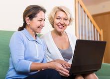 Dames supérieures avec l'ordinateur portable Image libre de droits