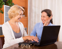 Dames supérieures avec l'ordinateur portable Image stock