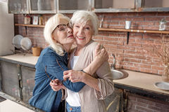Dames supérieures gaies embrassant et riant Photos stock