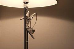 Damesschoen het hangen op een lamp Royalty-vrije Stock Fotografie