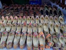 Damesschoenen in een winkel stock foto's