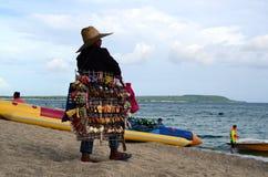 Damestraatventer het verkopen zijtoevlucht van toeristenherinneringen de op zee stock afbeelding