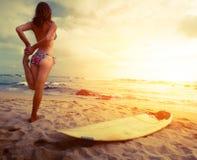 Damesurfer op het strand Stock Foto