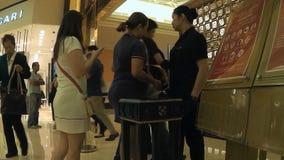 Damewacht het inspecteren handtassen van vrouwen die binnen het casino komen stock video