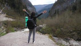 Damewandelaar die met rugzak op heuvels en het meer van de bergrivier, meisje kijken die aard van panoramisch landschap in reis g stock footage