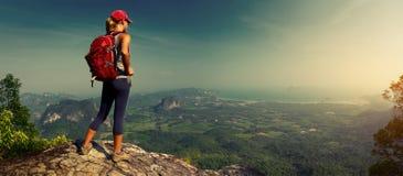 Damewandelaar op de berg royalty-vrije stock fotografie