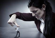 Damewerkgever die haar werknemer verpletteren Royalty-vrije Stock Afbeeldingen