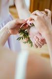 Damigella d'onore che prepara sposa per il giorno delle nozze Fotografia Stock