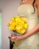 Damigella d'onore con le rose gialle Immagini Stock