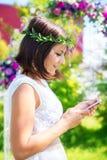 Damigella d'onore fotografata davanti all'arco per le nozze cer Fotografia Stock