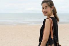 Damkvinnan tycker om ung naturskönhet kopplar av ferie Arkivfoto