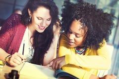 Damkvinnor som tillsammans arbetar projektbegrepp Arkivfoton