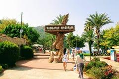 ` Damlatas holt ` uit - een teken dat aandacht van potentiële bezoekers Alanya, Turkije aantrekt royalty-vrije stock fotografie