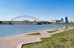Damm auf dem Ishim-Fluss in Astana Stockfotos