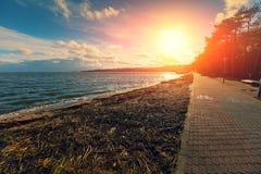 Damm bei Sonnenuntergang Stockfotos