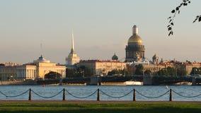 Damm der Neva-Fluss und das Admiralitäts-, Isaac-` s Kathedrale und der Palast-Brücke am Abend im Sommer Lizenzfreie Stockbilder