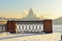 Damm der Neva River- und St.-Isaacs Kathedrale im starken Frost (Fokus auf dem Gitter) Lizenzfreies Stockfoto