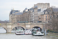 Damm des Flusses die Seine in Paris Lizenzfreie Stockfotos