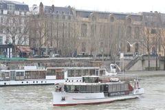 Damm des Flusses die Seine in Paris Lizenzfreies Stockfoto