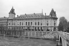 Damm des Flusses die Seine in Paris Lizenzfreie Stockfotos