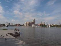 Damm des Flusses Iset Jekaterinburg-Stadt Swerdlowsk-Ausrichtung stockfotos